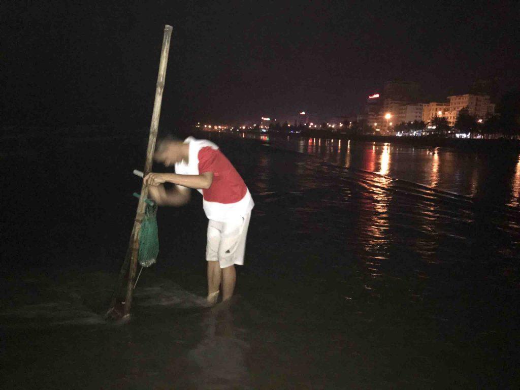 Thời điểm nạo ngao tốt nhất là khi thủy triều xuống tức là khoảng 20h30 hoặc 5h sáng