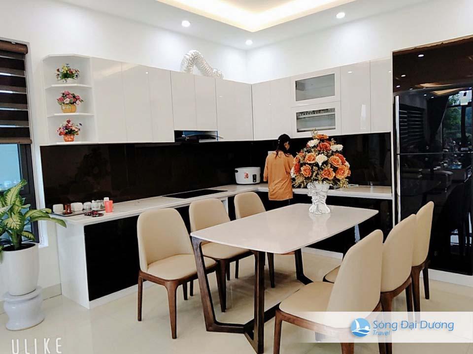 Khu bếp với trang bị đầy đủ dụng cụ nấu nướng cho 25 - 30 người ăn