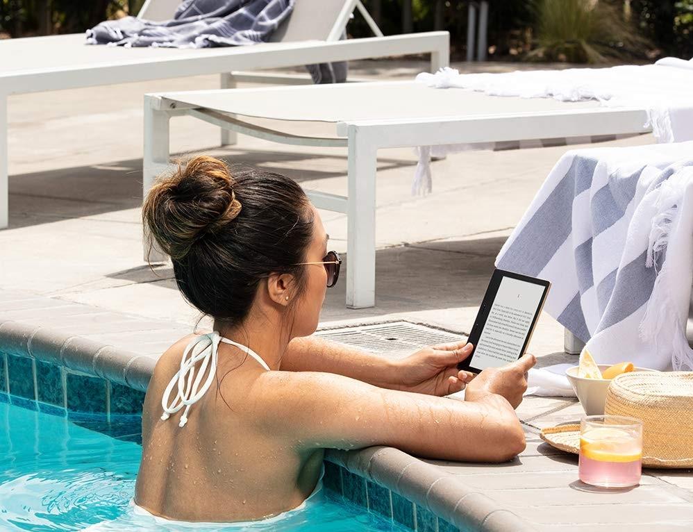 đọc sách bên bể bơi Villa FLC Sầm Sơn Ngọc Trai NT125