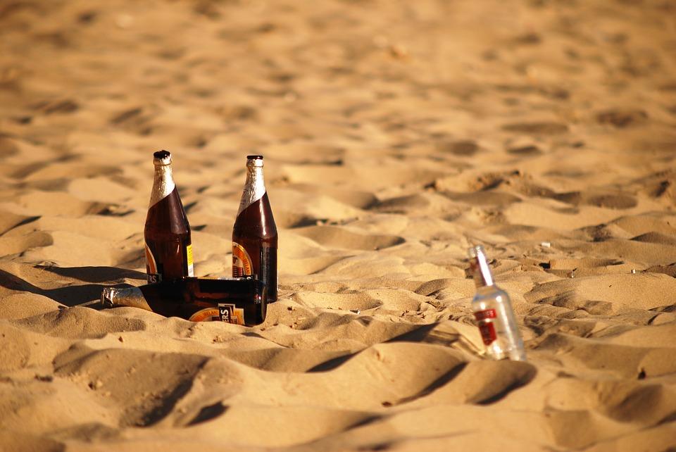 uống bia trên biển