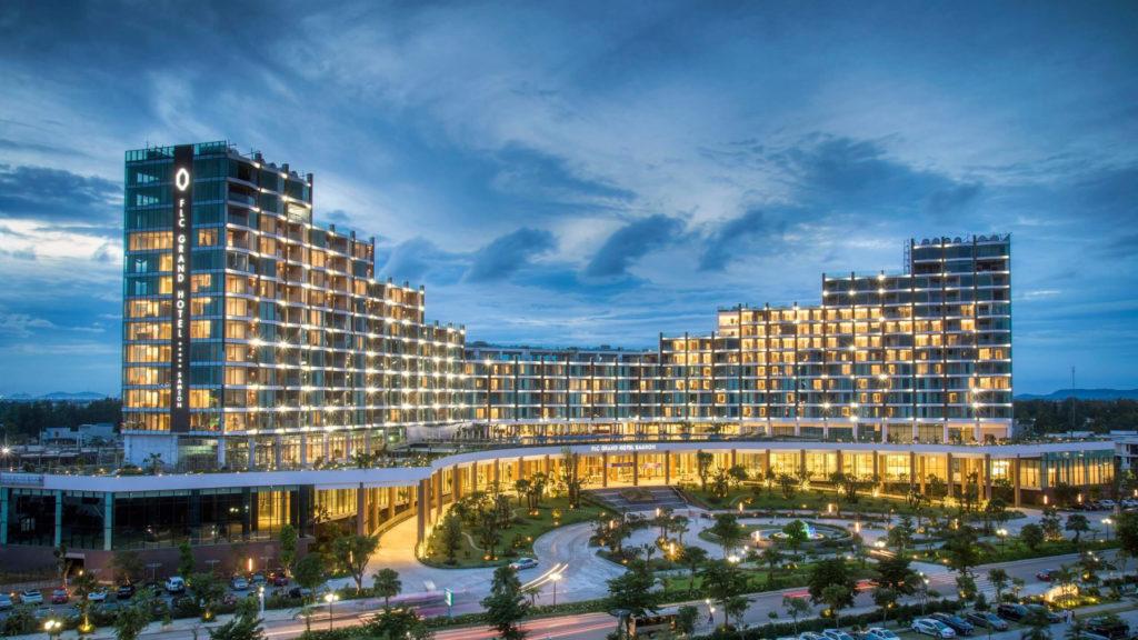 grand hotel buổi tối - đi du lịch biển ở đâu rẻ