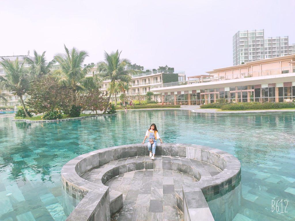 bể bơi nước mặn cùng Hoa
