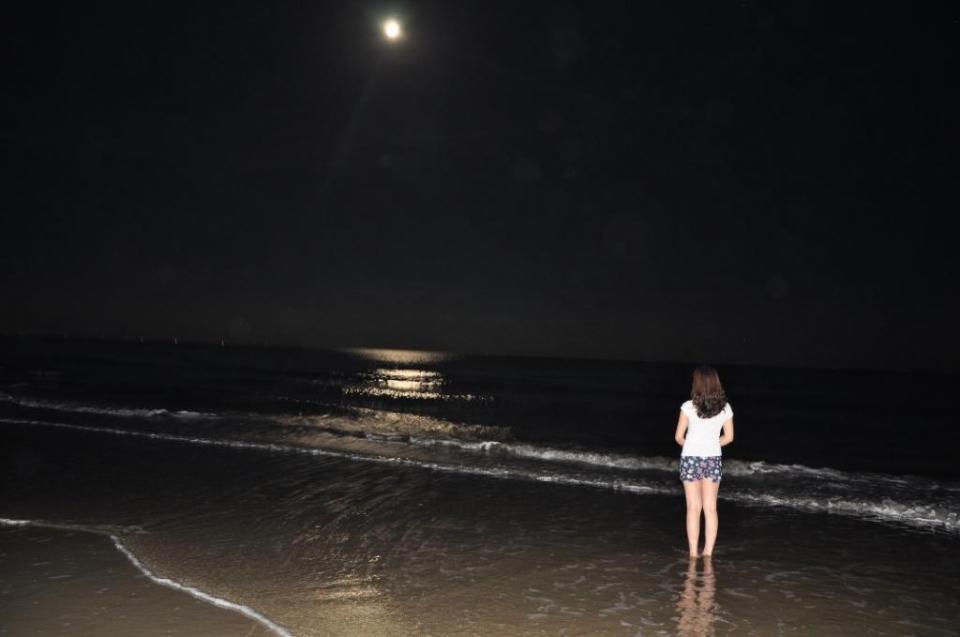 ngắm trăng trên biển