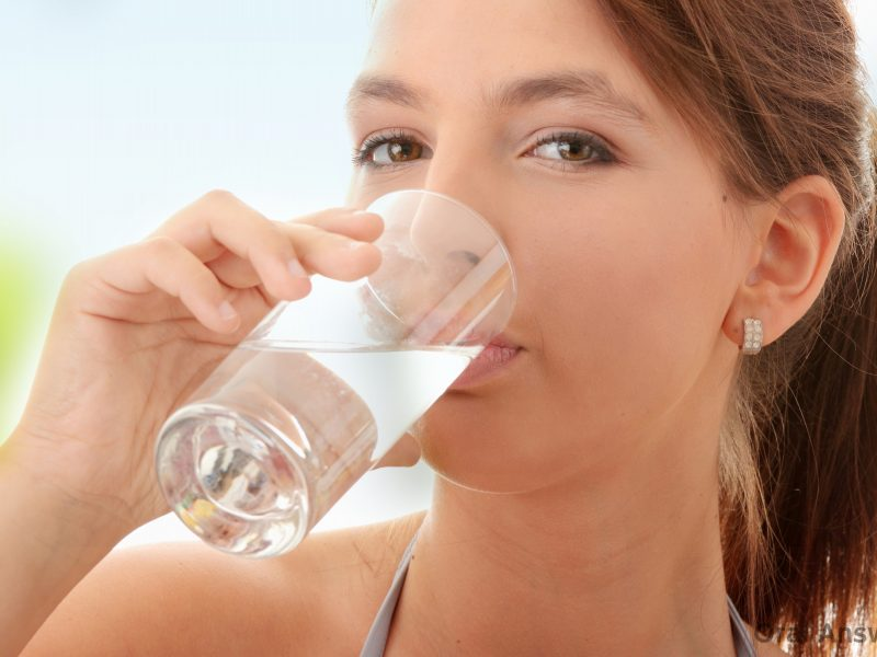 uống nhiều nước lọc - lưu ý khi du lịch mùa hè