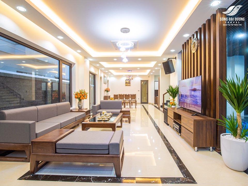 Phòng khách rộng với trang thiết bị cao cấp như karaoke, màn hình tv 65in, bàn ghế sofa sịn sò
